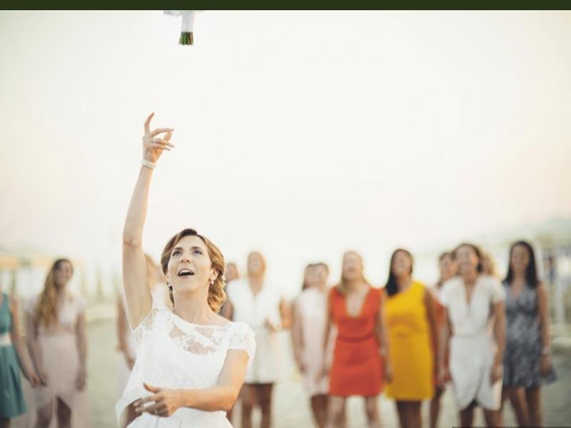lancio del bouquet Sposi - Tenuta Cigliano - Villa per matrimonio